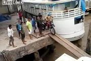 Tai nạn bất ngờ khi đưa xe máy qua cầu ván