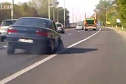 """Ô-tô mất 1 bánh xe vẫn cố """"lết"""" đi trên xa lộ"""