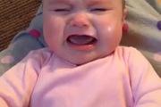 Bé gái ngừng khóc nhè khi nghe nhạc của Taylor Swift