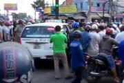 Hàng trăm người chen chúc xem bắt tên cướp cố thủ trong taxi