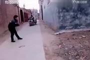 Hù dọa người đi đường bằng chiêu giả bị bắn cực thâm