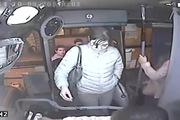 Cướp trên xe bus bị bác tài kẹp vào cánh cửa đánh tơi tả