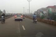 Hà Nội: Xe máy ngã liên hoàn do cô gái phanh gấp