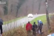 Xe đua mất lái suýt gây tai nạn thảm khốc với khá giả ven đường