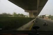Cặp đôi trên xe Scooter suýt chui gầm ô-tô vì chạy quá ẩu