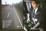 Vừa lái xe vừa nhắn tin, tài xế xe buýt suýt gây nạn kinh hoàng trên đường