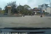 Nam thanh niên vượt đèn đỏ bị taxi đâm bay lộn vòng