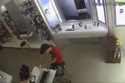 Cảnh giác chiêu trò trộm điện thoại cực kỳ tinh vi tại cửa hàng