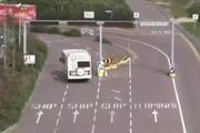 Nút giao thông mà tài xế nào cũng như đang say xỉn vậy...