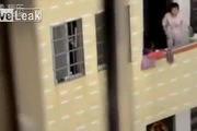 Bà mẹ gây phẫn nộ vì dọa thả con xuống ban công