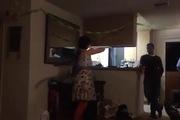 Cô gái gây ấn tượng với bạn bè bằng màn nuốt bóng bay
