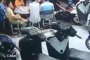 8 người ngồi nhậu ở vỉa hè bị xe máy tông cực mạnh