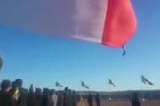 Binh sĩ bị thổi bay lên trời trong lễ thượng cờ