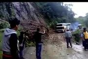 Liều mạng vượt núi đang sạt lở, ô-tô khách gặp tai nạn kinh hoàng