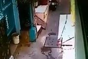 Thanh niên trộm xe máy bị dân hẻm vây đánh hội đồng
