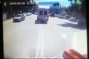 Xe cứu thương ngã lật ngang vì ô-tô con vượt đèn đỏ