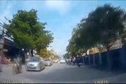 Bố chở con nhỏ vượt ẩu bị ôtô đâm ngã cực nguy hiểm
