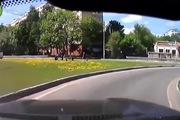Cậu nhóc lái xe trượt cắt ngang đường cực nguy hiểm