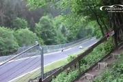 Quay đầu nguy hiểm trên đường đua, tay lái môtô suýt mất mạng