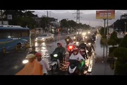 Đường phố Sài Gòn ngập lênh láng sau mưa lớn