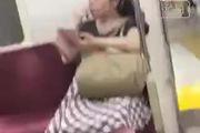 Cô gái ăn gỉ mũi ngon lành chỗ đông người