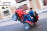 """Đi mô-tô 4 bánh bốc đầu rồi... """"hạ cánh"""" cực đau đớn"""