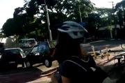 Người đàn ông tay không dọn ô-tô cho xe đạp đi qua