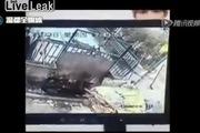 Sốc: Người đàn ông bị đè tới chết vì trượt chân rơi vào xe đổ rác