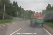 Xe quá tải chòng chành trước khi lật ngang cực nguy hiểm
