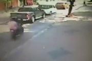 Bực tức vì bị vặt gương, lái xe đâm thẳng vào hai tên trộm