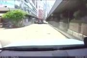 Siêu xe Ferrari vượt đèn vàng đâm minivan trên phố