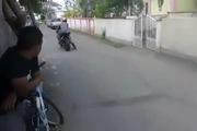 Phóng bạt mạng trong ngõ, thanh niên lao xe vào bụi cỏ