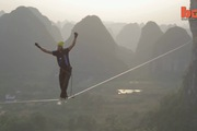 Màn biểu diễn đi dây trên không mạo hiểm dài 375m, cao 100m lập kỷ lục Guinness