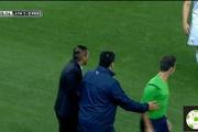 Simeone vỗ đầu trọng tài