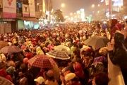 Hàng nghìn người đội mưa ngồi kín lòng đường dự lễ cầu an ở đình Phúc Khánh