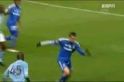 """Balotelli """"ăn"""" thẻ đỏ vì xông phi vào người đối thủ"""