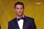 Ronaldo hú lên đầy phấn khích trên bục nhận giải QBV FIFA 2014