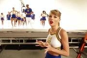 Clip hậu trường cho phân đoạn Taylor Swift làm hoạt náo viên