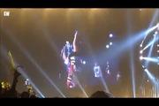 Park Bom (2NE1) bị tốc hết áo khi lộn nhào trên sân khấu