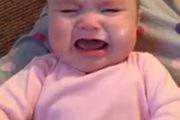 Em bé 6 tháng tuổi ngừng khóc khi nghe hit của Taylor Swift