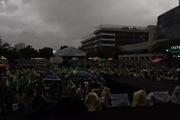 Fan hát cực sung trong mưa trước đại tiệc sinh nhật Sơn Tùng M-TP