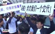 """Thân nhân hành khách vụ """"máy bay MH370 tai nạn"""" xô xát với cảnh sát tại đại sứ quán Malaysia"""
