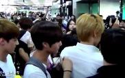 Quản lý của EXO đánh thẳng vào mặt của 1 fan nữ (2012)