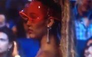 """Phản ứng của Miley Cyrus khi bị Nicki Minaj """"chửi thẳng mặt"""" trên sân khấu VMAs"""