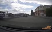 Qua đường vô ý thức, người đàn ông va chạm cực mạnh với ô-tô