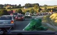 Khoảnh khắc ấn tượng: Ô-tô dạt ra tạo đường đi cực nhanh cho xe cứu thương