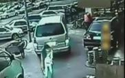 Người phụ nữ gặp nạn vì để rác đang cháy gần nắp cống