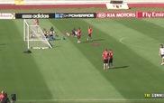 Paul Pogba đọ tài sút bóng từ sau cầu môn với Giroud và Cabaye