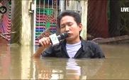 Hình ảnh phóng viên đằm mình dưới dòng nước lũ để đưa tin gây sốt