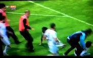 Cầu thủ song phi đạp fan cuồng tấn công trọng tài